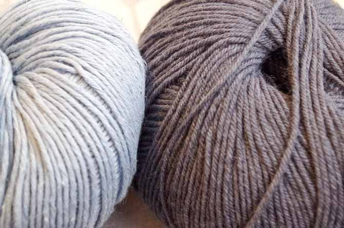 These 2 grays are the perfect contrast for knitting in the stitch below, a technique which allows you to avoid carrying the yarn 2 colors at a time. Try it now!