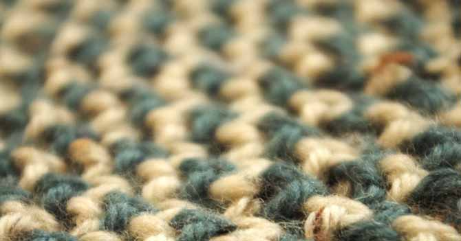 Close up of 2-color Bee Stitch worked in cream and pine-green tweed yarn