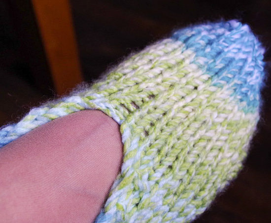 To make the toe, start knitting in the round and once the ideal length is reached, you start decreasing until a small number of stitches remain to be grafted.