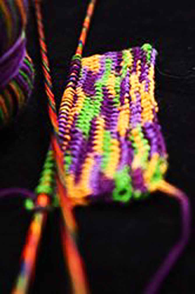 Find the dye pattern in the yarn and determine how many stitches are used to knit each color segment